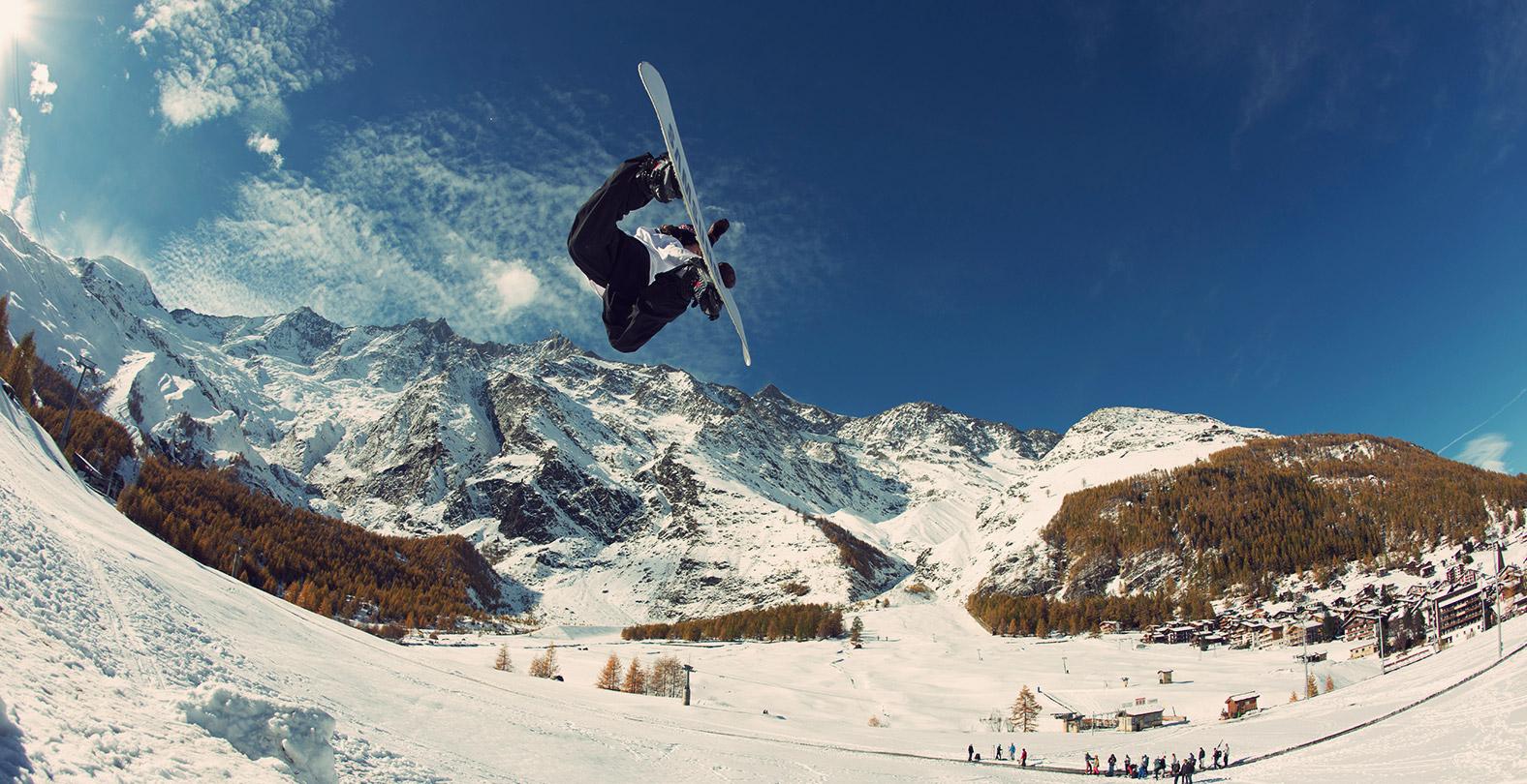 Snowboarder David Hablützel Backside Air
